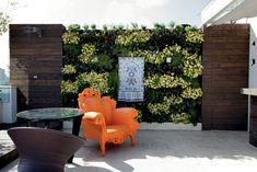 Everyone must have at least one orange chair...Amanda Câmara e Valter Costa Lima, da Tetu Arquitetura
