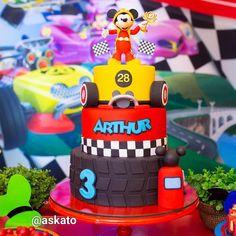 "Andrea Kato Cake Designer on Instagram: ""Mickey Aventuras Sobre Rodas! Esse foi o tema escolhido por Arthur! Festa linda com decor por @perylampofestas e esses registros lindos…"" Bolo Mickey, Mickey Cakes, Mickey Y Minnie, Mickey Party, Race Car Birthday, Mickey Birthday, Cars Birthday Parties, Boy Birthday, Cake Birthday"