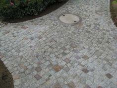 Fahrweg im Garten aus Natursteinpflaster (Bitte hier klicken um dieses Bild in seiner vollen Größe zu betrachten)