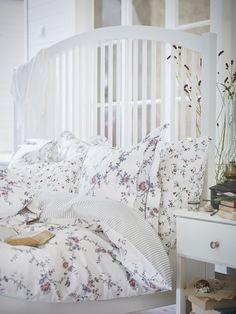 Evinizin her köşesinde baharı karşılamaya hazırlanın. Ev tekstillerinde birkaç küçük değişiklik yaparak, yatak odanızın havasını bir anda değiştirebilirsiniz. http://bit.ly/STENÖRT-nevresim-takımı