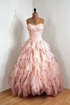 Pretty in Pink: vintage dress. I think I dig the frou-frou. Why do I want to dress up with nowhere to go? Vintage 1950s Dresses, Vestidos Vintage, Vintage Outfits, Vintage Fashion, Vintage Clothing, Girl Clothing, Modern Fashion, Look Retro, Look Vintage