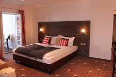 """Nach umfangreichen Sanierungs- und Renovierungsarbeiten, ausgestattet mit modernstem Komfort, möchten wir Sie nun in unserem 4-Sterne """"Alpin Lifestyle Hotel Löwen & Strauss"""" in Oberstdorf herzlich willkommen heißen."""