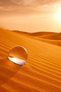 drop of water on orange sand dunes. Orange Aesthetic, Dew Drops, Water Droplets, Glass Ball, Crystal Ball, Macro Photography, Desert Photography, Belle Photo, Orange Color
