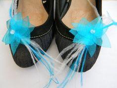 Clips chaussure orné d'une fleur en organza turquoise.  Fleur artisanale, faite mains.  Perle en cristal de bohème.  Fines plumes turquoise et blanche.   Idéal à clips - 3356041