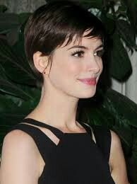 Celebrity hairstyles always lead the way in setting new hairstyle trends. If you want to be on the cutting edge of style, don't miss this. Anne Hathaway: chocolate brown hair and pixie haircut Trending Hairstyles, Pixie Hairstyles, Pixie Haircut, Celebrity Hairstyles, Hair Color For Black Hair, Brown Hair Colors, Anne Hathaway Haircut, Diy Ombre Hair, Beautiful Brown Eyes