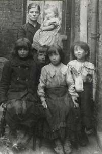 A poor family in Victorian London Victorian London, Victorian Life, Victorian Photos, Vintage London, Old London, Victorian Street, London History, British History, Uk History