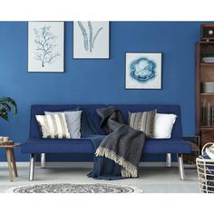 A stylish room with blue walls and a comfortable couch. Elegant Living Room, Coastal Living Rooms, Living Room Colors, Living Room Designs, Couleur Feng Shui, Azul Pantone, Salons Cosy, Comfortable Couch, Paint Colors For Home