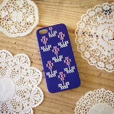 クロスステッチ iPhone5/5sケースベースカラー・・・ネイビー素材・・・カーボネイト     刺繍部分/綿100%穴のあいたiPhoneケースを見つけま...|ハンドメイド、手作り、手仕事品の通販・販売・購入ならCreema。
