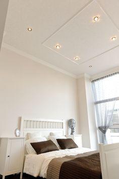 Weiße #Decke mit #Dekoration und quadratischen #Strahlern