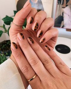 From blue butterflies and floral accents to remixed French tips and animal prints, check out the nail-art trends that will be everywhere this fall. Image credit: nails Fall's best nail-art trends are a throwback French Tip Manicure, French Tip Acrylic Nails, Black Manicure, White Acrylic Nails, Manicure Y Pedicure, Fall Manicure, Manicure Ideas, Nail Black, Nail French