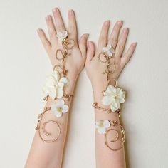 Hada oro y marfil brazo los pun  os por Frecklesfairychest en Etsy