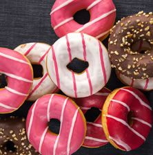 DONUTS ΜΕ ΧΡΩΜΑΤΙΣΤΟ ΓΛΑΣΟ Cute Donuts, Zucchini Bread, Carrot Cake, Doughnuts, Easy Desserts, Food And Drink, Sweets, Cookies, Recipes