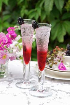 Cocktail mit Gin und Brombeeren - smarter - Zeit: 5 Min. | eatsmarter.de