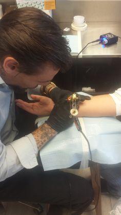 Tattoo 036 Bezig met het zetten van mijn kleinzoon zijn naam op de binnenkant van mijn rechter pols