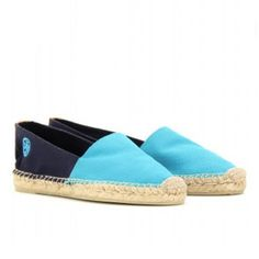 Tory Burch / Bi-Color A-Line Espadrilles. They have been fashionable for years. These Tory Burch are the perfect pair of timeless espadrilles. In turquoise and navy  and with a natural rubber sole. Price: 95,00 €.