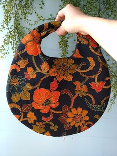 着物リメイク!まるふわバッグ大輪の花BLACK 2x Kimono Fabric, Fabric Bags, Japan Bag, Homemade Bags, Modern Kimono, Scarf Belt, Embroidery Bags, Handbag Patterns, Japanese Patterns