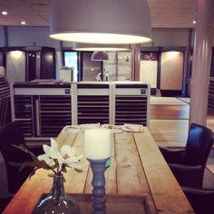 Impressie van onze showroom Showroom, Conference Room, Dining Table, Van, Furniture, Home Decor, Homemade Home Decor, Diner Table, Dinning Table Set