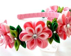 Una de las flores se hace en la técnica de tsumami kanzashi. Diadema de plástico está tejida con cinta de raso. Las flores se hacen de cintas de grosgrain.  En su petición se puede hacer una flor de una combinaciones de colores diferentes.  Mis trabajos hechos a mano pueden ser un regalo único para usted, su familia y amigos!  Para más artículos, visite por favor mi tienda Inicio: http://www.etsy.com/shop/JuLVa