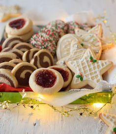 Una masa básica y 4 variaciones para preparar estas ricas y fáciles galletas de azúcar, especiales para la navidad. Receta paso a paso Sweets Cake, Cookie Desserts, Cookie Recipes, Sugar Cookies Recipe, Cupcake Cookies, Cupcakes, Christmas Desserts, Christmas Cookies, Breakfast Dessert