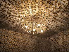 Un techo con papel de pared modelo Hick's Hexagon fabricado por Cole & Son,Inglaterra. En Lima solo en www.italier.pe
