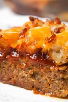 Cheesy Tater Tot Meatloaf Casserole is an easy ground beef dinner recipe with a meatloaf base, topped with a ketchup and bbq sauce glaze, tater tots, shredded cheese and crumbled bacon. recipes with ground beef Beef Casserole Recipes, Ground Beef Casserole, Meatloaf Recipes, Meat Recipes, Cooking Recipes, Hamburger Casserole, Hamburger Recipes, Hamburger Dishes, Amigurumi