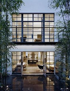 An important design element of these townhouses is that the windows at the back of them are very large and open up to the backyard. This allows the backyard to appear from inside the house and influence the design of the rooms inside. Architecture Design, Residential Architecture, Installation Architecture, Exterior Design, Interior And Exterior, Modern Exterior, Steel Windows, Big Windows, Iron Windows