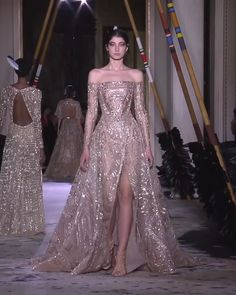 Zuhair Murad Look Spring Summer 2018 Couture Collection Stunning Embroidered Beige Slit Off Shoulder Sheath Evening Maxi Dress / Evening Gown with Long Sleeves and a Princess Skirt. Couture Spring Summer 2018 Collection Runway by Zuhair Murad Haute Couture Dresses, Haute Couture Fashion, Elie Saab Couture, Elegant Dresses For Women, Pretty Dresses, Fashion Week, Fashion Models, Bridal Dresses, Prom Dresses