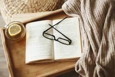 Quand le froid arrive, on s'imagine parfaitement au chaud devant un feu de bois avec un plaid tout doux, un thé et le dernier roman acheté. Vous pensez qu'il est difficile de recréer cette sensation de bien-être dans votre quotidien ? Voici quelques idées pour une ambiance cocooning à la maison… Changez ou adaptez votre …