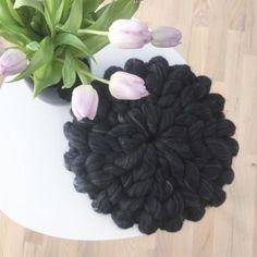 Chunky pillow by Fillows er det nyeste produkt på siden. Disse puder er utrolig bløde og egner sig både til pynt og til eftermidagsluren. Pudernes design er utrolig råt og passer godt ind i den nordiske og moderne stil. Puderne kan anvendes i en stol, som en del af sofapuderne, eller blot til pynt på sengen. Ligeledes kan de matches med vores strikkede tæpper således at det giver rummet og hjemmet et fuldent look. Puderne er lavet i 100% merinould og er fuldkommen ubehandlet. Merinoulden er…