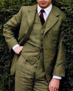 Downton Abbey: Tom Cullen is Lord Gillingham. Lord Gillingham joins in Episode 3 of series Tweed suit Downton Abbey Saison 4, Downton Abbey Series, Downton Abbey Fashion, Dame Mary, Mode Costume, Gillingham, British Style, Suit Jacket, Menswear