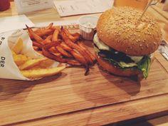 Falafel burger with sweet potatoe and regular fries @Der Fette Bulle, Frankfurt