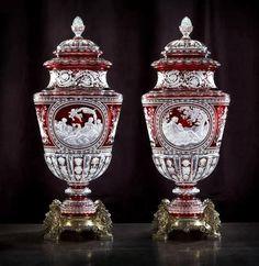 """Ces deux  vases couverts """"Simon"""", présentés à l''Exposition universelle de Paris en 1867 par  Baccarat ont en leur centre un camée. Conçus pour cette exposition, au cours de laquelle ils furent primés, L''Allégorie de l''Eau et L''Allégorie de la Terre sont deux vases jumeaux aux dimensions exceptionnelles (76 cm de haut) dont le décor est inspiré des œoeuvres du peintre Charles-Joseph Natoire (1700-1777)."""