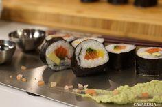 Rețetă de sushi cu somon și avocado. Pregătește un sushi rapid și simplu cu ingrediente sănătoase, somon și avocado. Diy Sushi, Avocado, Diy Videos, Ethnic Recipes, Lawyer