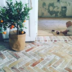 DIY (af lidt højere kaliber): Murstensgulv i sildebensmønster – SusLiving Beautiful Interior Design, Dream Home Design, House Design, Cafe Interior, Interior And Exterior, Orangerie Extension, Brick Flooring, Brick And Stone, My New Room