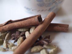 I dag kommer det en oppskrift på Chaiblanding. Denne blandingen kan brukes både til chai latte og chai te. Blandingen lukter jul og det er perfekt når vi nå går inn i advent. Chaiblanding på glass …