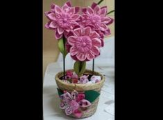 flor com tecido comum Planter Pots, Diy, Videos, Make Fabric Flowers, Flower Fabric, Diy Crafts, Scrappy Quilts, Door Hangings, Peso De Porta