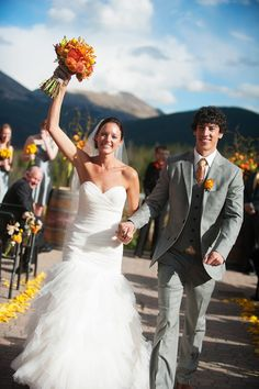 Outdoor wedding ceremony in Breckenridge Colorado, photos by Kira Horvath Photography | junebugweddings.com