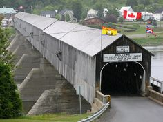 Pont couvert d'Hartland - Hartland covered bridge Hartland, New Brunswick, Canada the longest covered bridge in the world: 1282 ft, inaugurated in Westminster, New Brunswick Canada, Old Bridges, East Coast Travel, Canada Eh, Old Barns, Country Barns, Covered Bridges, Canada Travel