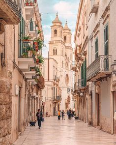 On the road to Matera don't forget to stop in Altamura, a city you absolutely must visit during your trip in Puglia. Lecce Italy, Puglia Italy, Bari, Romantic Places, Beautiful Places, Italian Village, Southern Italy, World Cities, Travel Alone