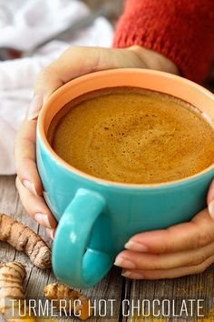 Love hot chocolate but looking for healthier option? Try Turmeric hot chocolate! This golden drink has anti-inflammatory properties and can be enjoyed in 5 minutes. via # Food and Drink vegetarian hot chocolate Turmeric Hot Chocolate - Happy Foods Tube Healthy Drinks, Healthy Snacks, Healthy Recipes, Healthy Tips, Drink Recipes, Healthy Fruits, Golden Drink, Hot Chocolate Recipes, Chocolate Chocolate