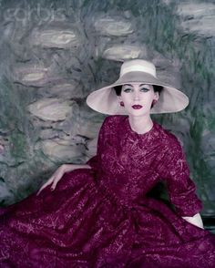Dovima wearing full skirted red silk dress in a palette-knife print with wide brimmed white hat. By Dior Photo Henry Clarke Condé Nast Archive/CORBIS – 1956 Vintage Vogue, Vintage Glamour, Vintage Dior, Christian Dior Vintage, Moda Vintage, Vintage Couture, Vintage Style, Vintage Outfits, Vintage Dresses