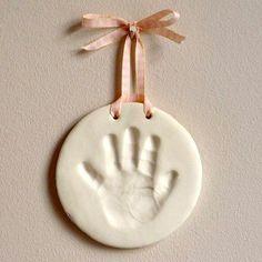 É tão fácil de fazer esse molde das mãos e pés do bebê, e um presente tão singelo! Se a criança for um pouco maior, ela pode ajudar no processo. Você vai precisar de: 1 xícara de sal 1 xícara de farinha de trigo 1/2 xícara de água morna Misture tudo em um recipiente e …