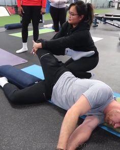 Thai Yoga Massage, Massage Tips, Massage Techniques, Massage Therapy, Partner Stretches, Quad Stretch, Physical Therapy Exercises, Reflexology Massage, Sports Massage