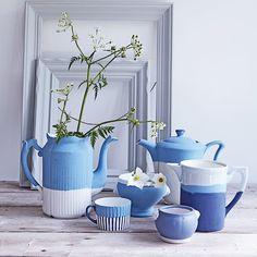 Service à thé peint en bleu et blanc dans un style wedgwood / peindre sa vaisselle / customiser sa vaisselle