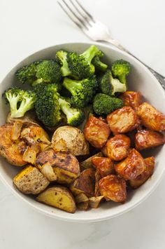 Skinny Chicken and Roasted Potato Bowl Cooking a balanced meal can be harder than you think. Make meal planning simple with this skinny chicken and roasted potato bowl. The post Skinny Chicken and Roasted Potato Bowl appeared first on Star Elite. Healthy Meal Prep, Healthy Snacks, Healthy Eating, Healthy Cooking, Dinner Healthy, Keto Meal, Delicious Healthy Food, Simple Healthy Meals, Healthy Lunch Wraps