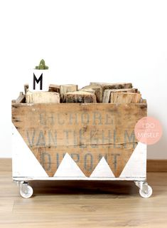 Easy Natural DIY to store your wood for this winter! Ad some paint on a wooden box! It will look very nice in your living room!  Un DIY naturel pour ranger vos buches cet hiver. Cela va donner une touche de bois dans votre intérieur.  Tout mes DIY sur www.idoitmyself.be Range Buche, Diy Wooden Crate, Wooden Storage Boxes, Do It Yourself Projects, Craft Tutorials, Decoration, Toy Chest, Crates, Diy And Crafts