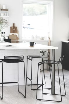 Classy Kitchen Bar Stools Addition to Your Kitchen - Home to Z Home Decor Kitchen, Kitchen Interior, New Kitchen, Black Kitchens, Home Kitchens, Kitchen Black, White Bar Stools, White Chairs, Chaise Bar