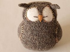 DIY owl with a pair of wool socks. Love the eyes - i need to make this! Sorry wool socks. Knitted Owl, Knitted Animals, Knit Or Crochet, Crochet Toys, Knitted Baby, Knitting Projects, Crochet Projects, Knitting Patterns, Crochet Patterns