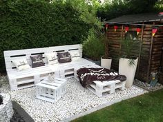 Take a look at these pallet patio DIY sofa ideas to turn your patio into a cozy, chic, glamorous, rustic, retro place for relaxing Pallet Garden Furniture, Outdoor Furniture Plans, Pallets Garden, Furniture Ideas, Palette Furniture, Furniture Stores, Furniture Inspiration, Banquette Palette, Patio Diy