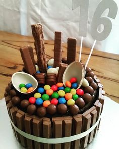 How to make a Chocolate Explosion Cake. It looks amazing (and yummy) and is so easy to make! This is a chocolate lover, chocoholics dream cake! Perfect for birthdays and other celebrations!(How To Make Cake Chocolate) Too Much Chocolate Cake, Cake Chocolate, Chocolate Birthday Cake Kids, Birthday Cake For Him, Birthday Desserts, Birthday Cake For Women Easy, Amazing Birthday Cakes, Chocolate Recipes, 18th Birthday Ideas For Girls